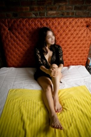 Lucila live escort in Calumet City